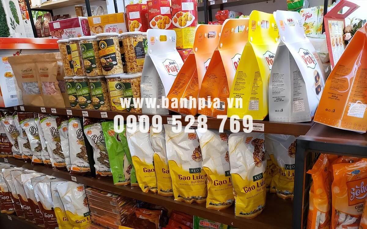 Có đầy đủ các loại đặc sản miền Tây tại cửa hàng Hương Việt