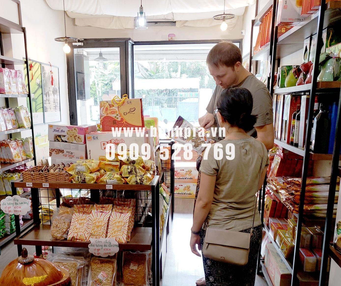 Một khách nước ngoài đang lựa chọn đặc sản tại cửa hàng Hương Việt
